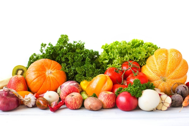 Raccolta di frutta e verdura su uno sfondo bianco.