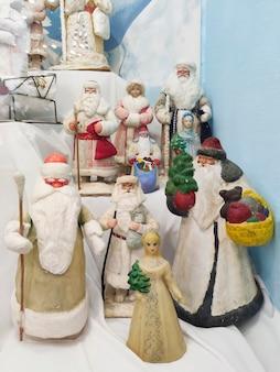 Una collezione di giocattoli natalizi sovietici vintage di babbo natale e fanciulle di neve