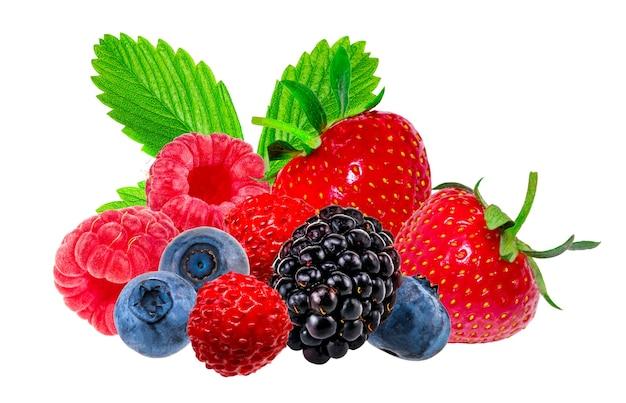 Raccolta di frutti di bosco su uno sfondo bianco con tracciato di ritaglio.