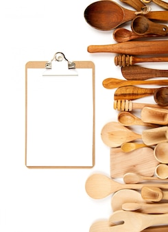 Raccolta di utensili da cucina in legno su sfondo bianco