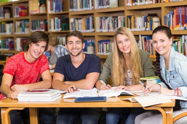 Studenti universitari a fare i compiti in biblioteca