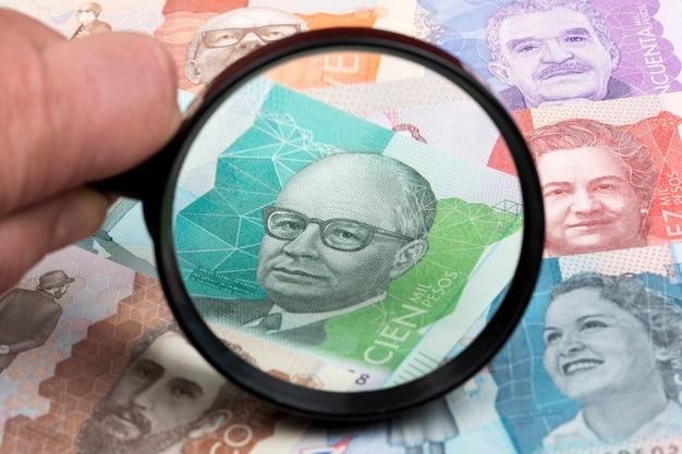 Peso colombiano in una lente d'ingrandimento