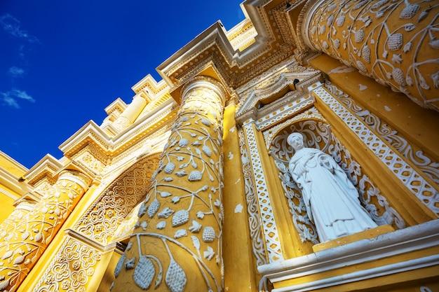 Architettura coloniale nell'antica antigua città del guatemala, america centrale, guatemala