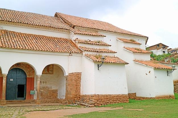 Chiesa coloniale di chinchero con incredibili affreschi sulla facciata chinchero village perù