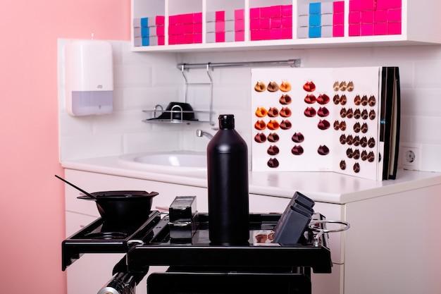 Barra dei colori con lavandino e strumenti di lavoro nel salone di parrucchiere