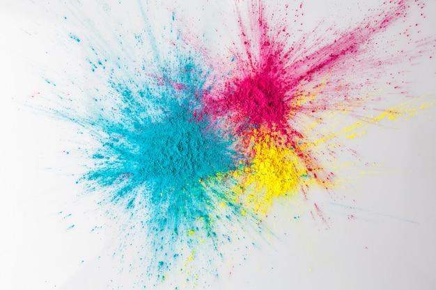 Concetto di esplosione di colore con polvere di holi