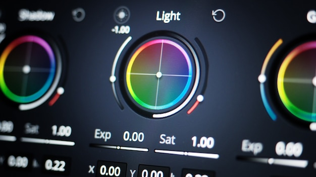 Strumenti di gradazione del colore o indicatore di correzione del colore rgb sul monitor nel processo di post produzione teleci