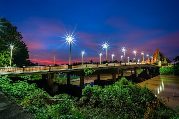 Il colore del semaforo notturno sulla strada sul ponte (ponte suphankanlaya) a phitsanulok, thailandia.