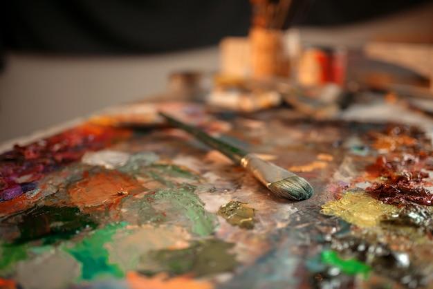 Tavolozza dei colori e primo piano del pennello