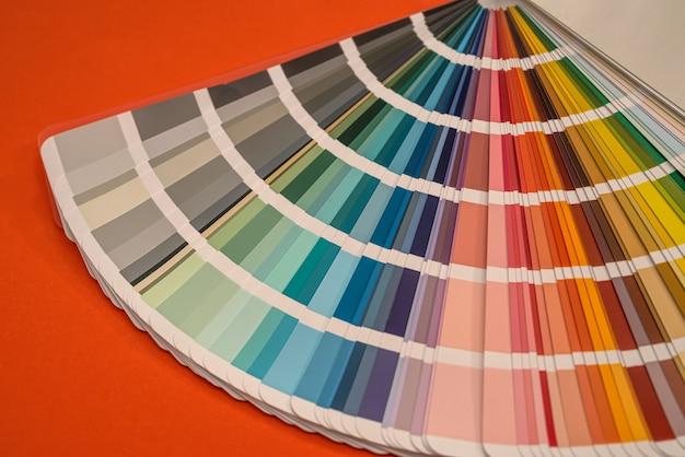 Campioni di tavolozza di colori isolati su sfondo rosso, concetto di design