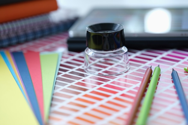 La tavolozza dei colori con sfumature di lente d'ingrandimento e matite si trova sulla selezione del colore del tavolo