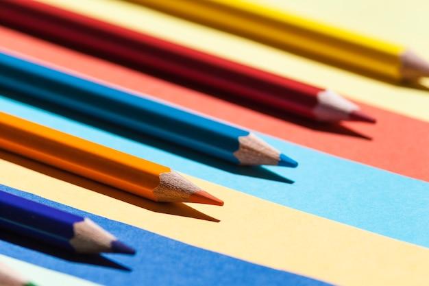 Matite colorate su sfondo colorato. ritorno a scuola, concetto di disposizione.