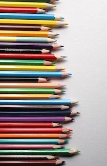 Set di matite colorate, matite colorate in legno di riga isolati su priorità bassa bianca.