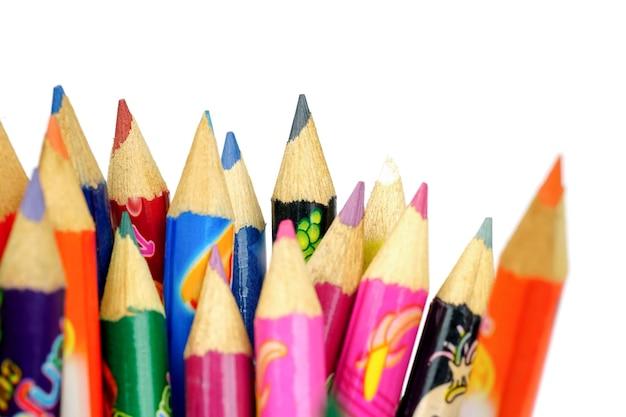 Matite colorate su sfondo biancoil disegno fornisce molte matite colorate differenti