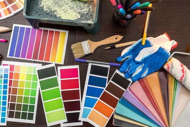 Tavolozza del campionatore di colori con pennello e guanti per il tuo design d'interni. ristrutturazione di tutte le apparecchiature a casa.