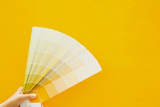 Foglio scala colori su parete, pavimento, parete gialla