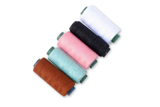 Filo per cucire a colori isolato su sfondo bianco