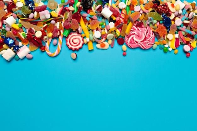 Caramelle colorate su blu Foto Premium