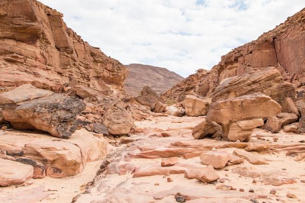 Canyon colorato con rocce rosse. egitto, deserto, la penisola del sinai, dahab.