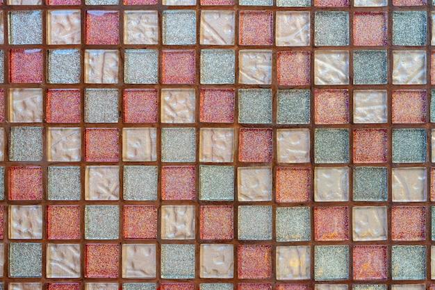 Piastrelle ceramiche colorate su una parete