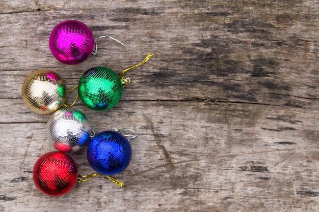 Decorazioni colorate di natale sulla tavola di legno rustica. palle di natale su uno sfondo di legno. vista dall'alto, copia spazio
