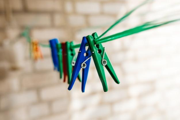 Mollette da bucato colorate che appendono su una corda verde