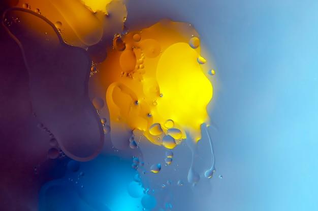 Gocce colorate di olio liquido su vetro. struttura della superficie di astrazione