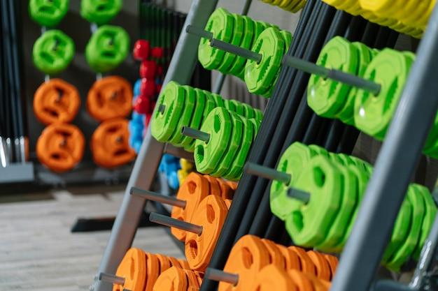 Manubri colorati collocati in palestra