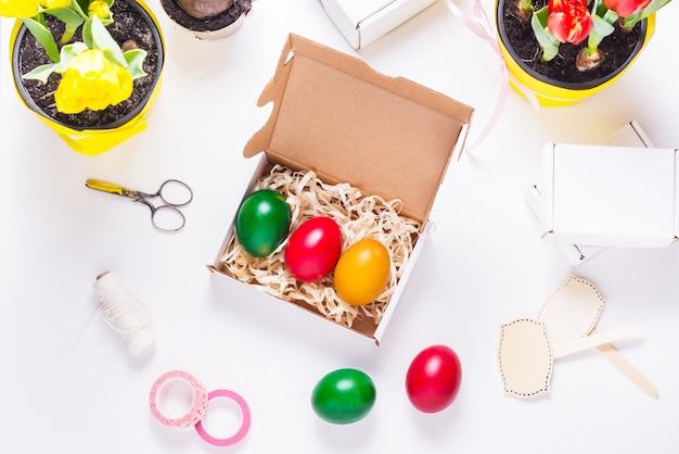 Uova colorate all'interno della scatola di cartone