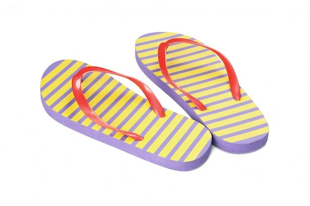 Flip-flop colorati isolati su bianco