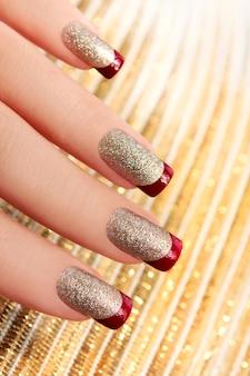 French manicure colorata con paillettes