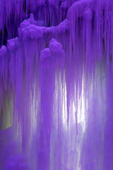 Blocchi congelati colorati di stalattiti di ghiaccio