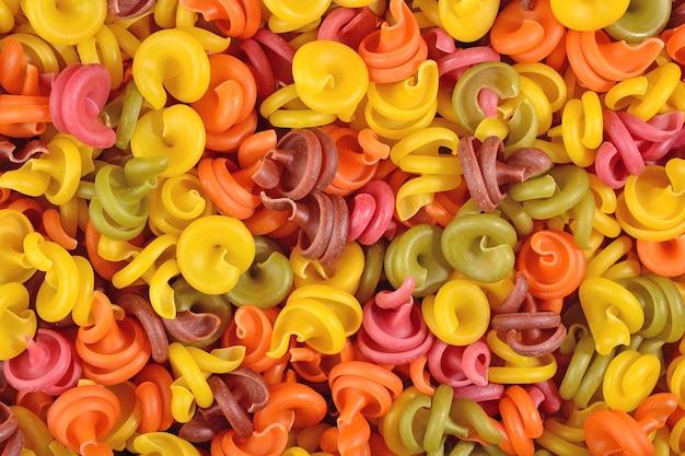 Pasta italiana colorata come trama di sfondo