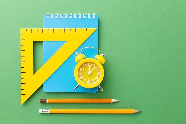 Articoli colorati per la scuola su uno sfondo luminoso. foto di alta qualità