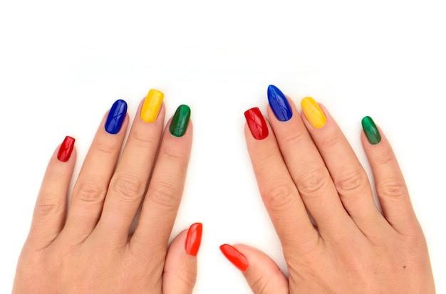 Manicure colorata su diverse forme di unghie