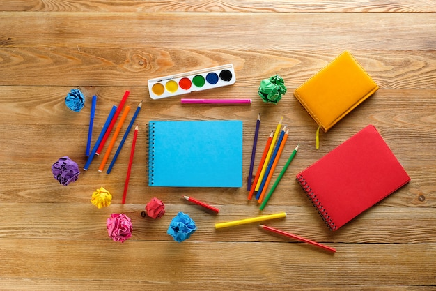Pennarelli e matite colorate, un blocco disegno pulito, acquerelli.