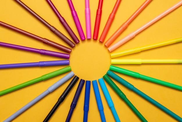 Pennarelli colorati sul tavolo