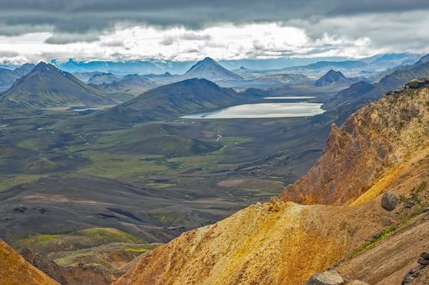 Montagne colorate del paesaggio vulcanico di landmannalaugar