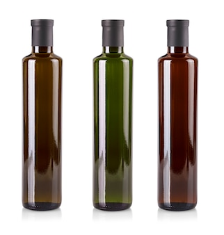 Le bottiglie colorate dell'olio d'oliva isolate