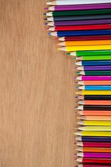 Matite colorate disposte in linea diagonale