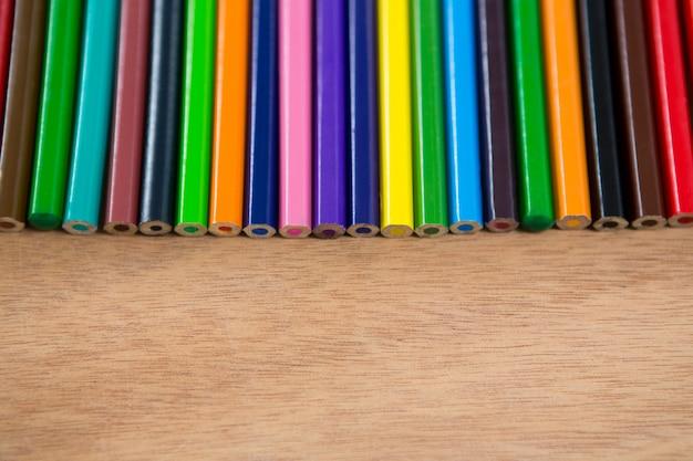 Matite colorate disposte in fila