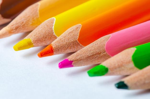 Primo piano delle matite colorate. sfondo bianco. copia spazio.