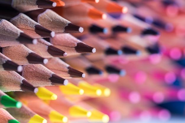 Primo piano delle matite colorate