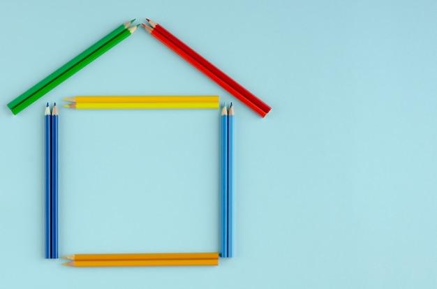 Composizione colorata nelle matite su fondo blu. disteso.