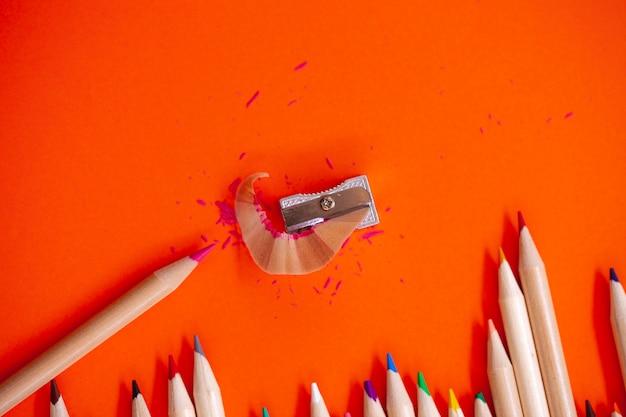 Matite colorate e temperamatite copia spazio, alta vista