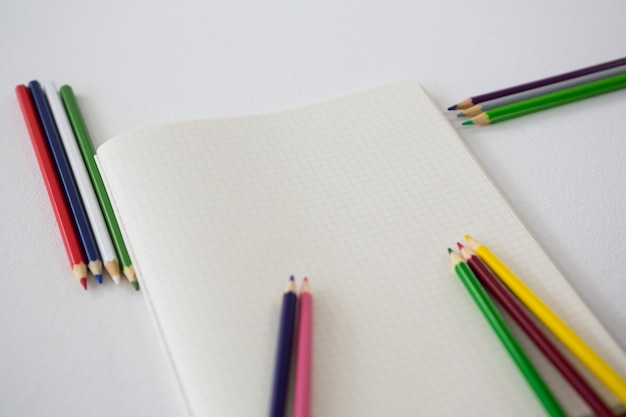 Matite colorate con libro