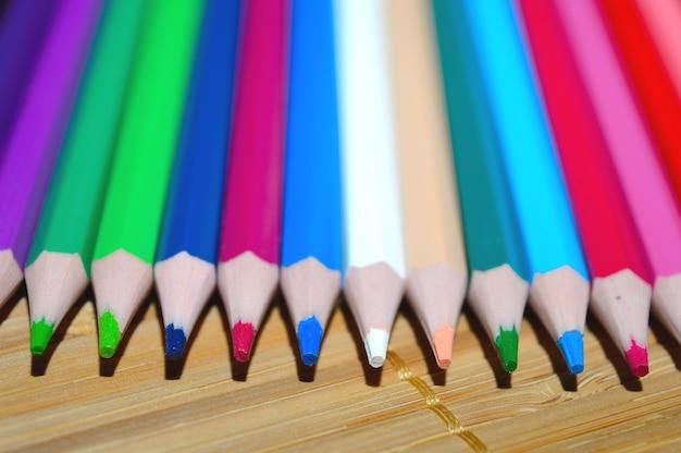 Matite colorate su uno sfondo di legno