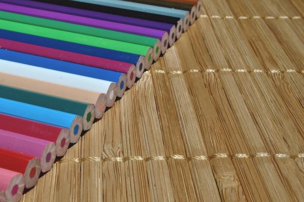 Matite colorate su un tavolo di legno