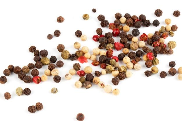 Mix di peperoni colorati su fondo bianco