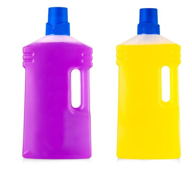 Bottiglie di plastica colorate con manico e detersivo liquido per bucato, detergente, candeggina o ammorbidente isolato su sfondo bianco